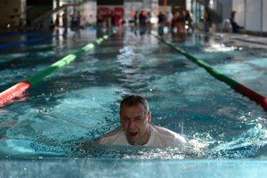 Ako prvý skočil do bazéna primátor Ján Nosko.