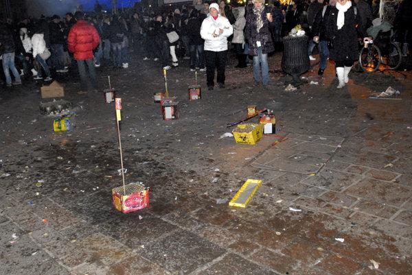 Po skončení osláv ostalo v uliciach miest a obcí množstvo odpadu.