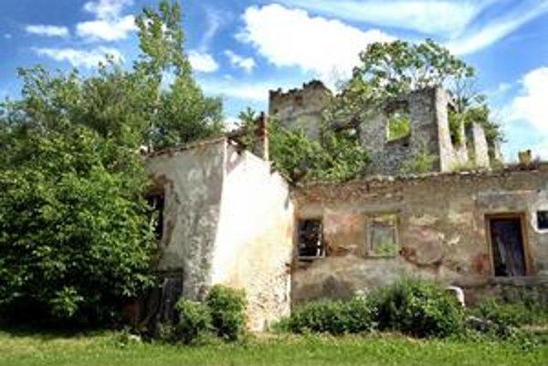Z kaštieľa v Dúbravici sú ruiny.