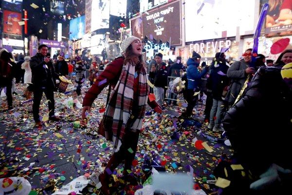 Oslavy sprevádzalo obrovské množstvo konfiet.