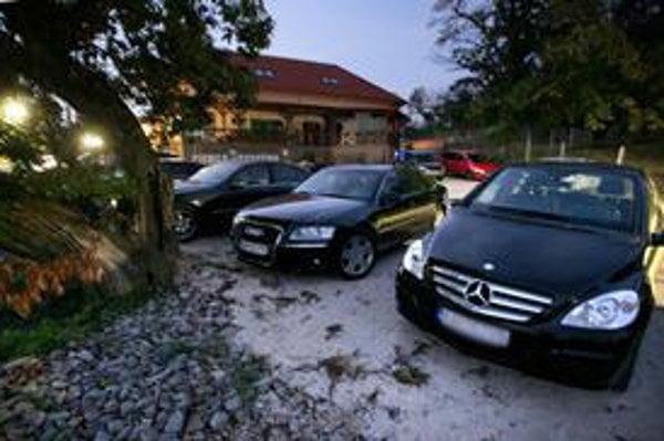 Pred pivnicou stálo viacero drahých áut, niektoré patria Generálnej prokuratúre.