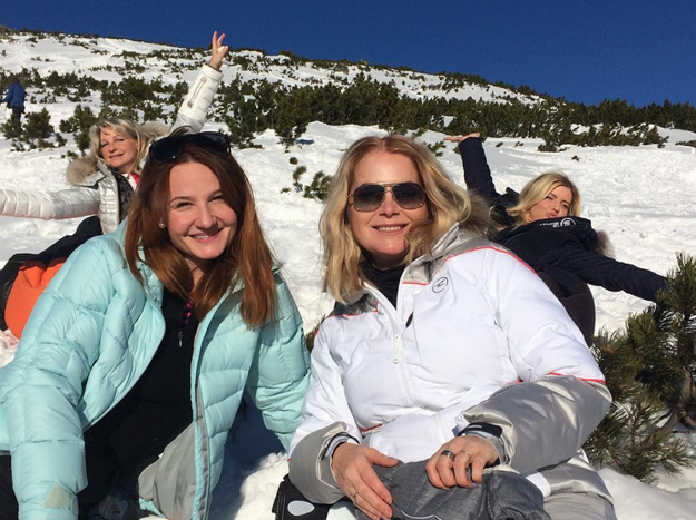 Na horách. Herečky Zuzka Vačková a Andrea Karnasová si užívali silvestrovsko-novoročnú lyžovačku v Jasnej, spolu s nimi tam bol aj Janko Kuric, jeho manželka Simona Bubánová a ich dcéra Lujza.