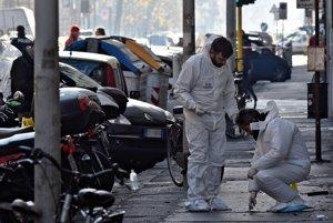 Forenzní vyšetrovatelia zbierajú dôkazy z miesta výbuchu.