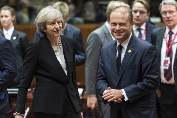 V popredí britská premiérka Theresa Mayová a maltský premiér, Joseph Muscat.