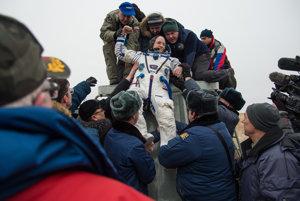 Po takmer roku vo vesmíre na Medzinárodnej vesmírnej stanici vyťahujú po pristátí v Kazachstane veliteľa Expedície 46 Scotta Kellyho z vesmírnej lode Soyuz TMA-18M.