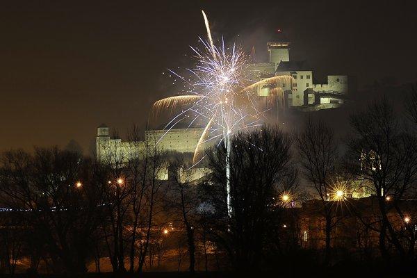Ohňostroj nad mestom Trenčín v rámci osláv Nového roka 2017.