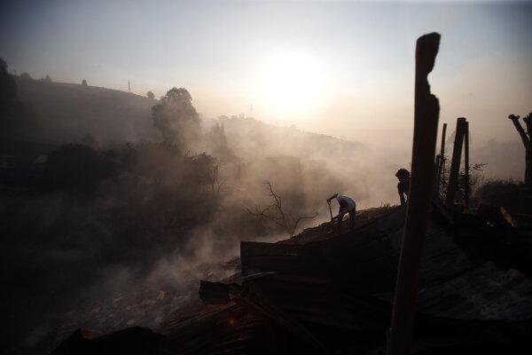 Požiar vypukol mimo čilského mesta.