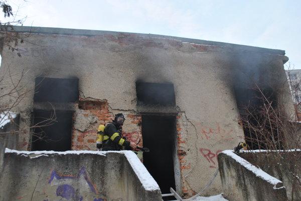 Vbývalom pivovare horelo. Požiar pravdepodobne spôsobili bezdomovci. Hasiči na mieste žiadnych ľudí nenašli.
