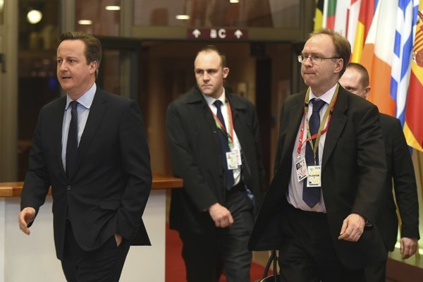 Na archívnej snímke z februára 2016 v popredí britský expremiér David Cameron (vľavo) a bývalý stály predstaviteľ Spojeného kráľovstva pri EÚ Ivan Rogers (vpravo).