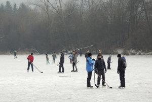 Začiatok roka praje v Žiari korčuľovaniu na prírodnej ploche.