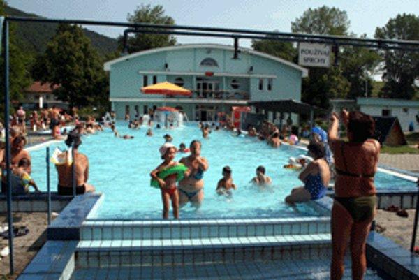 Pohľad na jeden z vonkajších bazénov a na hlavnú budovu, v ktorej sú dva regeneračné bazény.