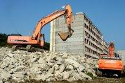 Na snímke búracie práce na Hrebendovej ulici 34 a 36 z 11. augusta 2014.