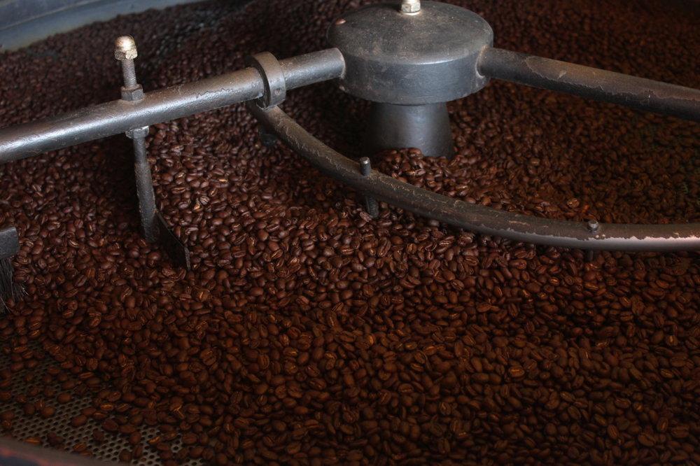 Čerstvo upražená káva v kaviarni v meste Butare.