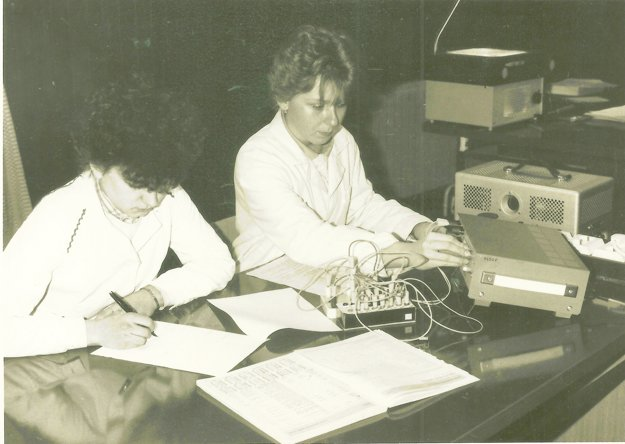 V podkroví budovy začali učiť výpočtovú techniku ainformatiku.
