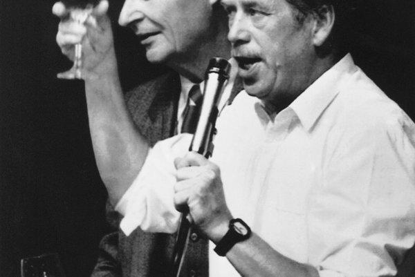Na snímke z 24. novembra 1989 vedúca osobnosť politických zmien v novembri 1989 Václav Havel (vpravo) a vedúca osobnosť Pražskej jari 1968 Alexander Dubček si pripíjajú na rezignáciu predsedníctva Komunistickej strany Československa.
