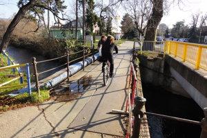 Oprava deravého mosta je v nedohľadne.