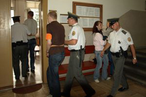 Dvaja mladí lupiči sa postavili pred súd.