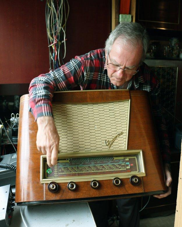 Rozhlasové stanice dokáže naladiť aj na tomto rádiu z roku 1955.