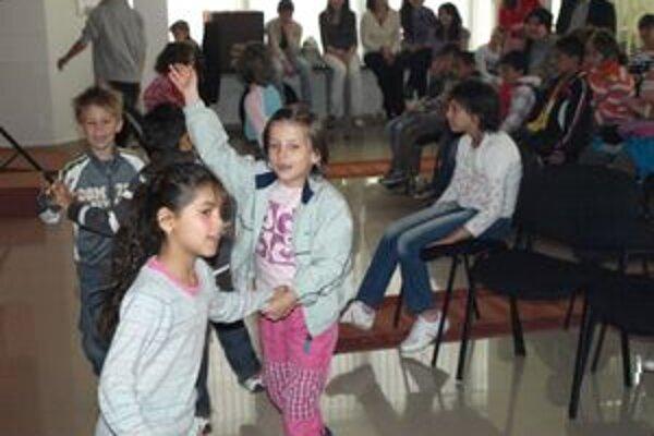 Deti sa aktívne zapájajú do vystupovaní umelcov.
