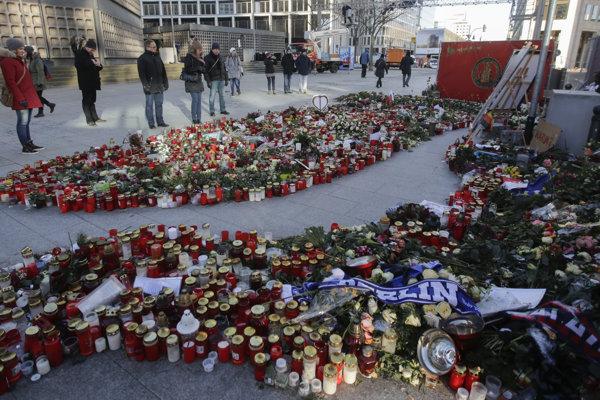 Kvety a sviečky pre obete na mieste útoku.