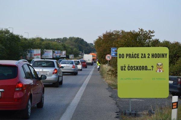 Na informovanie vodičov o zmenách na diaľnici využili aktivisti ranné zápchy.