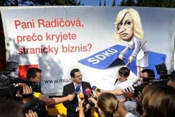 Andrej Kolesík (SMER) a v pozadí mobilný bilboard s podobizňou premiérky Radičovej.