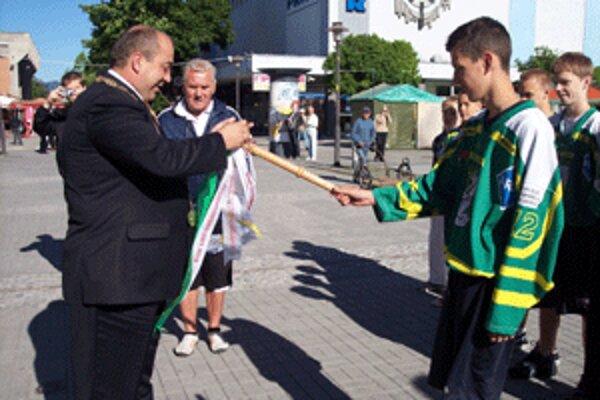 Stuhu na štafetový kolík priviazal primátor Prievidze Ján Bodnár.