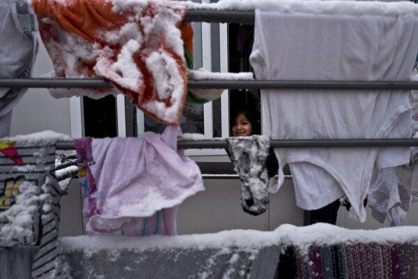 Sýrske dievčatko v utečeneckom tábore 86 kilometrov od Atén.