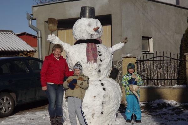 Rodina Vékonyovcov zo Svodova so svojim Snehuliakom