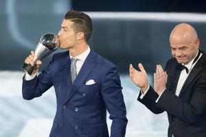 Prezident FIFA Gianni Infantino odovzdal cenu pre najlepšieho futbalistu Cristianovi Ronaldovi.