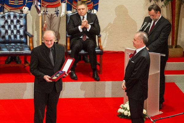 Prezident Andrej Kiska a Michael Kocáb počas slávnostného ceremoniálu udeľovania štátnych vyznamenaní prezidentom SR.