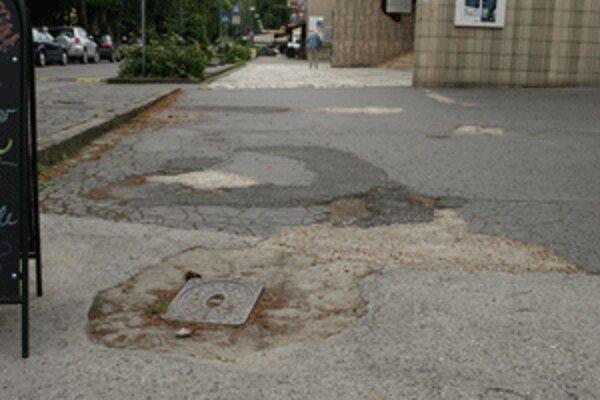 Mesto chodníky pláta len provizórne, vymení ich vraj na budúci rok.