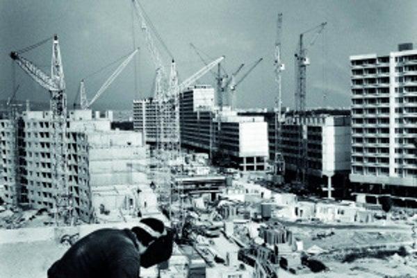 Budovanie bratislavskej Petržalky vroku 1981. Za pätnásť rokov vzniklo na území malebnej prímestskej obce betónové mesto pre 115-tisíc obyvateľov