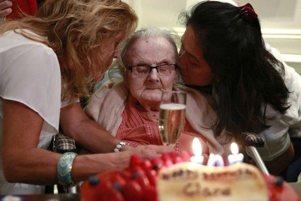 Clare Hollingworthová počas oslavy jej 105. narodenín.