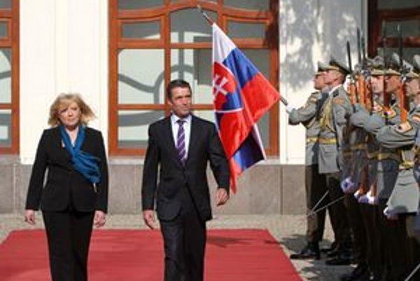 Slovenská premiérka a šéf NATO počas prehliadky čestnej stráže.