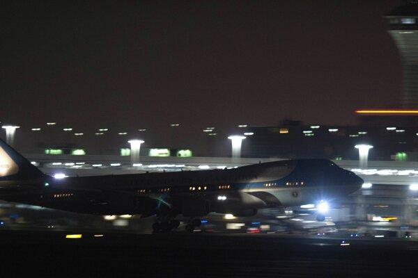 Air Force One s Brackom Obamom na palube pristáva na letisku v Chicagu.