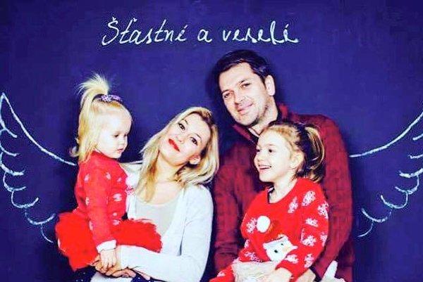 Šťastná rodina. S manželkou Jankou a s dcérami Emkou a Hankou chce tráviť tohto roku viac času.