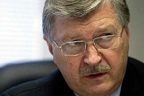 Gyula Veszelei sa predsedom Úradu na ochranu osobných údajov stal v roku 2004 ako nominant SMK. Vo funkcii už nadsluhuje dva roky, funkčné obdobie sa mu skončilo v roku 2009.