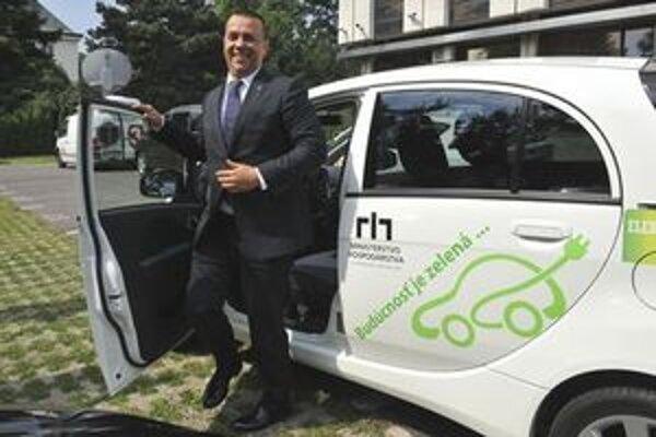 Juraj Miškov prichádza na 1. ministerskom elektromobile na zasadnutie vlády.
