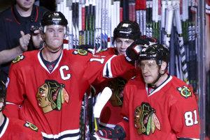 Jonathan Toews (vľavo) a jeho spoluhráč z Chicaga Marián Hossa.