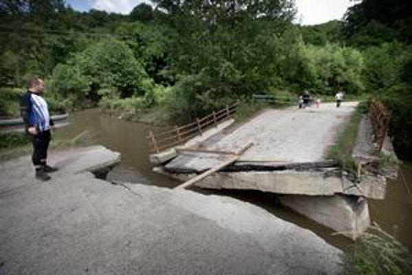 Most do časti Majdánske  vzala povodeň.