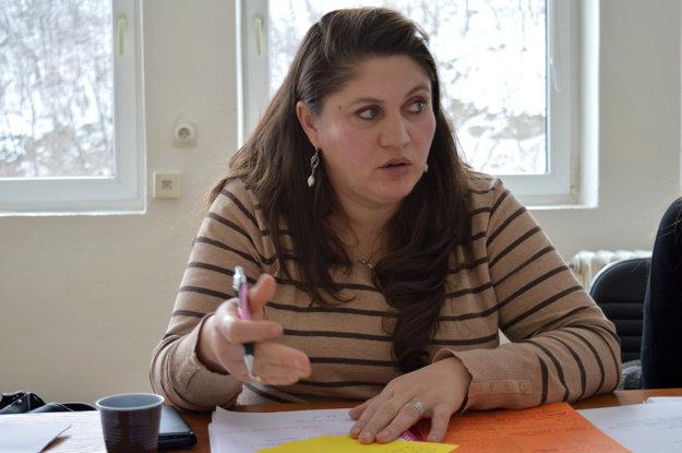 Erika Bartošová dostala počas dramatizácie úlohu mediátorky. Pred lektorkou a kolegyňami vysvetľuje klientovi, čo je mediácia a prečo je pre neho výhodná.