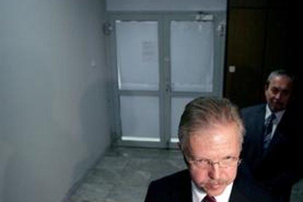 Andrej Ďurkovský prišiel v pondelok v noci pred novinárov bez vedenia KDH, odchod z hnutia bol vraj jeho rozhodnutím. Mužom v pozadí je Karol Kolada z Dozornej rady  Bratislavskej vodárenskej spoločnosti.