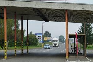 Hraničný priechod v Šahách pre nákladnú dopravu dnes zatvorili.
