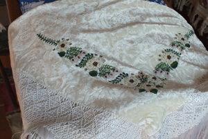 Šatka zvaná pľuščovka, ktoré nosievali ženy na Zemplíne najmä vo sviatky.