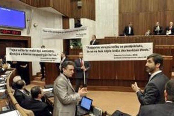 Opozícia roztiahla transparenty s výrokmi koaličných politikov.