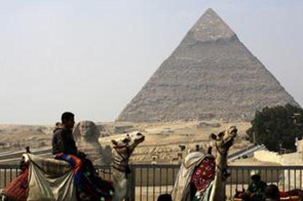 Pri pyramídach je pusto.