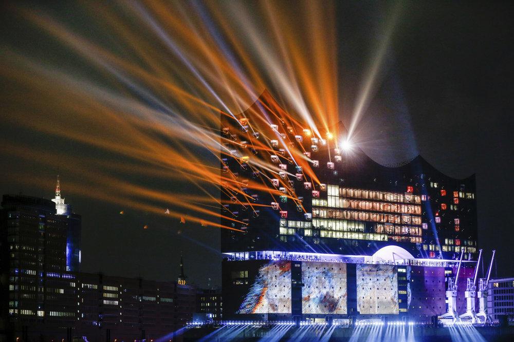 Na snímke svetelná šou po slávnostnom otvorení novej budovy hamburskej filharmónie Elbphilharmonie v prístave v Hamburgu.