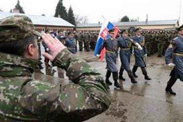 Napriek úspešnému plneniu zahraničných misií hodnotí NATO stav našej armády so znepokojením.