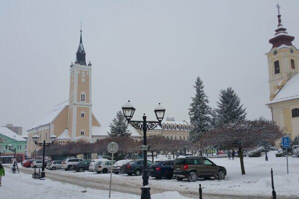 Na juhu Banskobystrického samosprávneho kraja (BBSK) od rána sneží, na cestách treba rátať so snehovou vrstvou. Na snímke je cestná komunikácia na Hlavnom námestí v Rimavskej Sobote dňa 13. januára 2017.